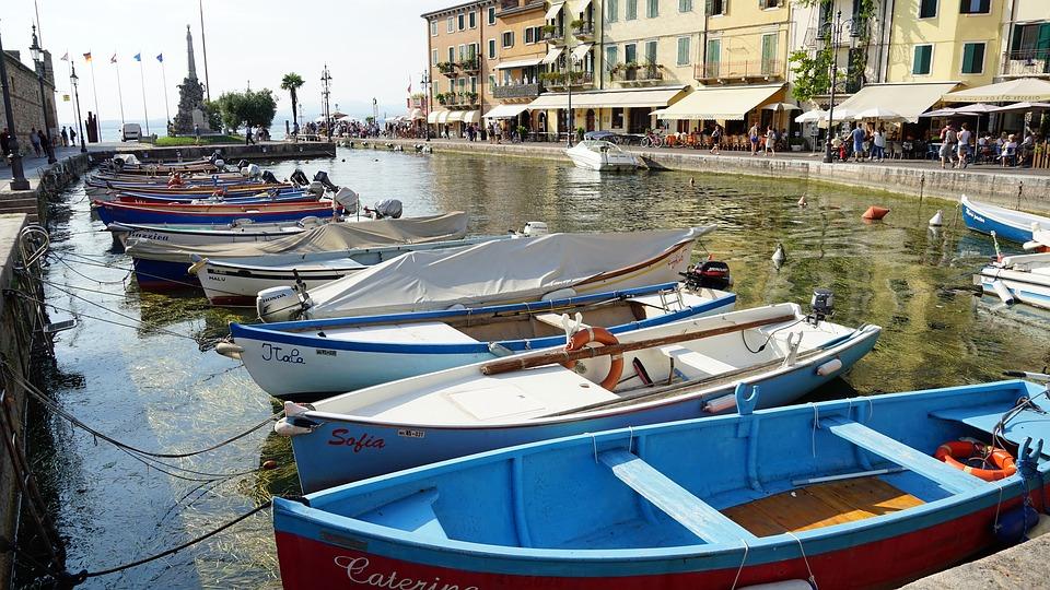 De haven van het charmante stadje Lazise aan het Gardameer in Italië.