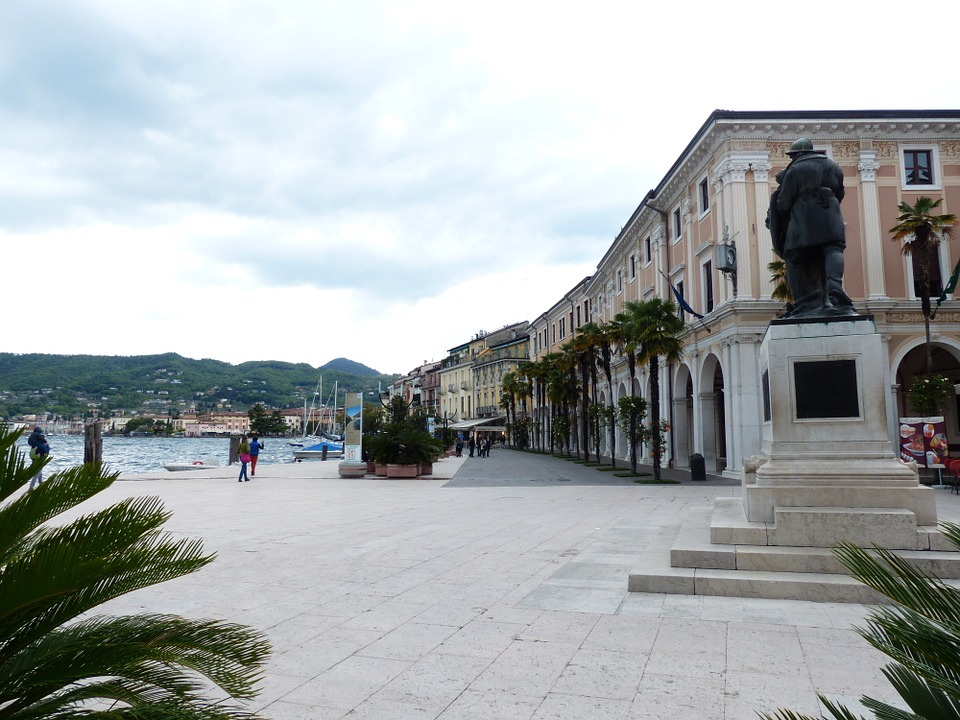 De mooiste boulevard Lungalago Zanardelli in Salò aan het Gardameer in Italië
