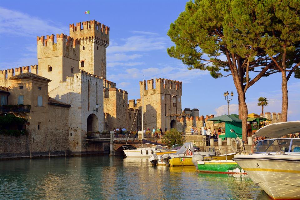 De Kasteel La Rocca Scaligera in het plaatsje Sirmione aan het Gardameer in Italië.